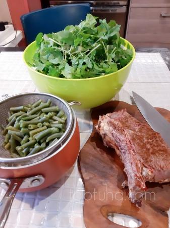 Салат с руколой, фасолью и ростбифом