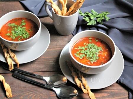 Фасолевый суп с колбасками и хлебными палочками